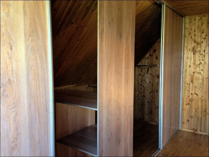 Двери купе для гардеробного шкафа купе под мансардной крышей дома фото