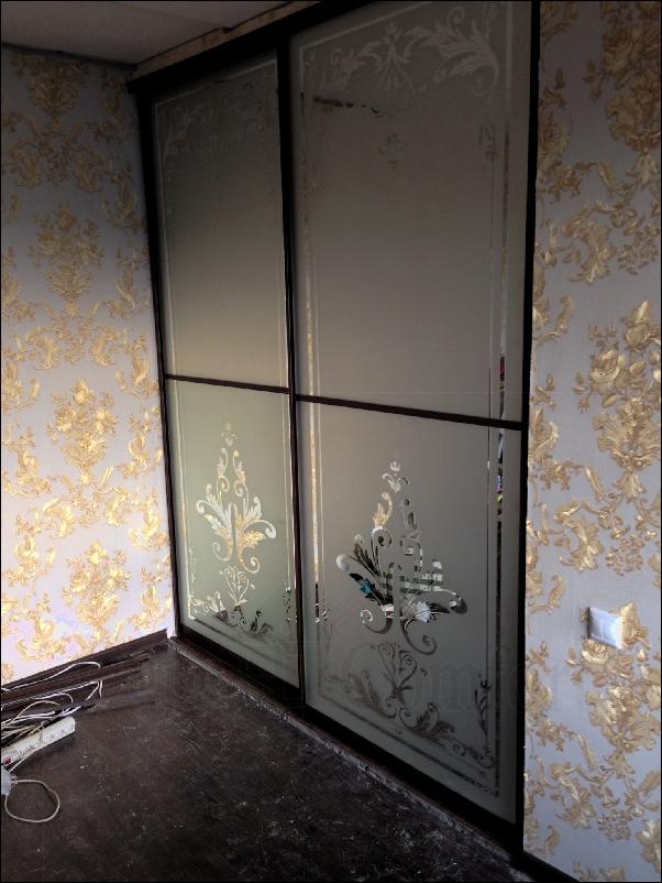Межкомнатные раздвижные двери купе с пескоструйным рисунком на зеркале фото
