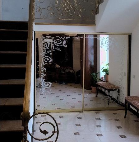 Шкаф купе под мансардной лестницей в доме, зеркальные двери купе с рисунком