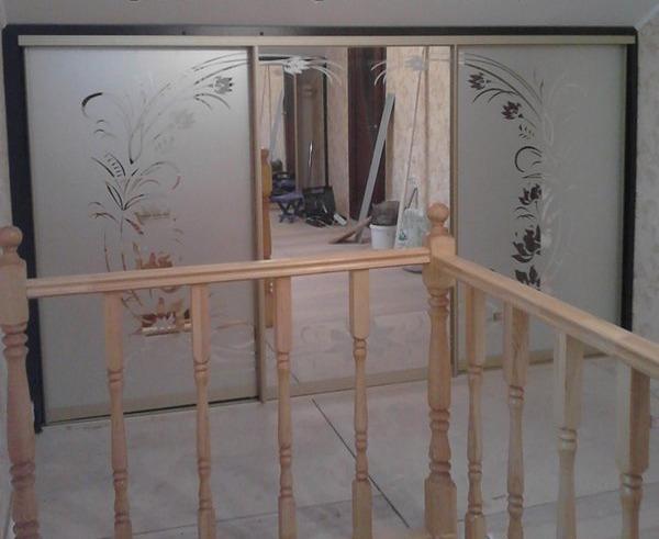 Шкаф купе под мансардной крышей с зеркальными дверьми с пескоструйным рисунком